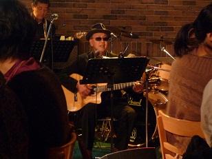 ギターを弾く永田院長