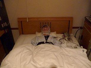 ベッドに寝て検査中