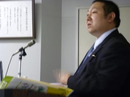 講演する松本龍