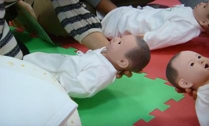 赤ちゃんを寝かせ